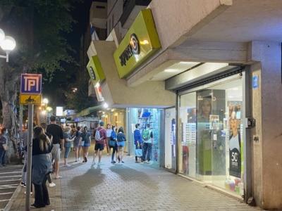 Queue devant un magasin sur Dizengoff (photo: KHC)