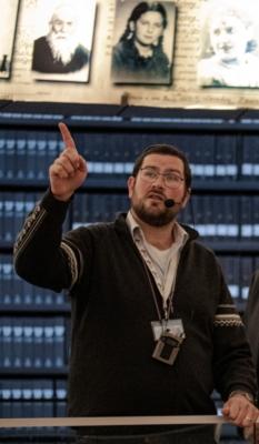 Schmuel Kahn en train de guider à Yad Vashem (photo: privée)