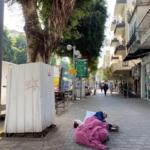 Personne sans abri à Tel-Aviv. Depuis le début de la pandémie, on voit davantage de sans-abris dans les rues de la ville (photo: KHC).