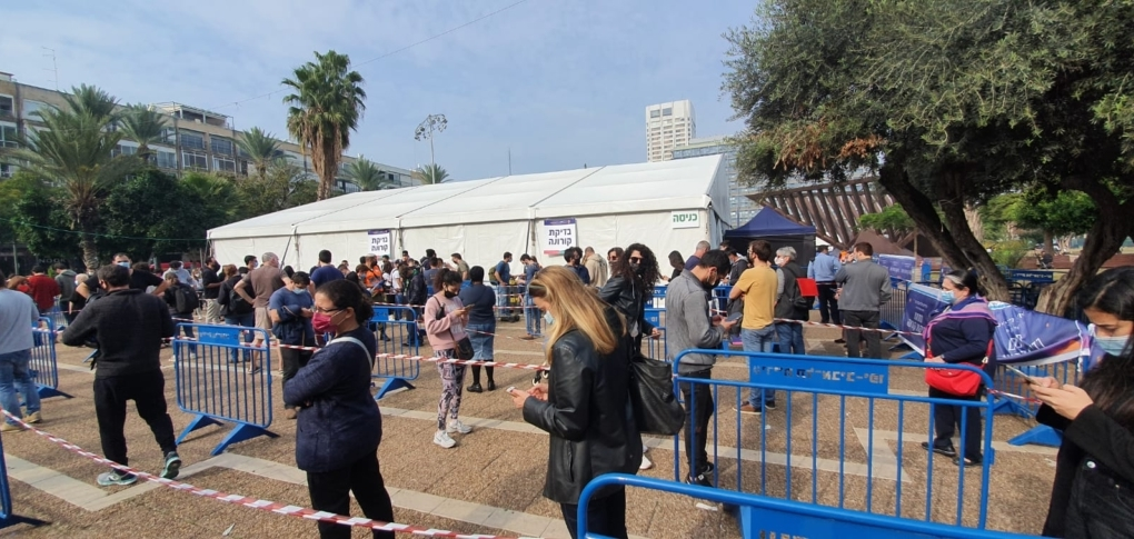 Files d'attente devant le centre de test de Tel-Aviv (photo : Na'hum Ciobotaru).