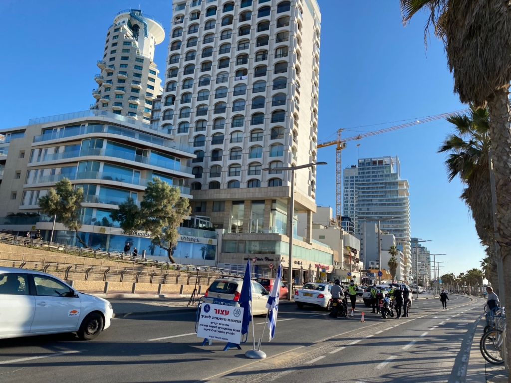 Barrage de rue à Tel-Aviv. Actuellement, il est interdit de s'éloigner de plus d'un kilomètre de son domicile (photo : KHC)