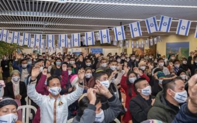 Brève cérémonie lors de l'arrivée des Bnei Menashe à l'aéroport Ben Gourion avant leur départ en quarantaine (photo : Eleonora Shiluv/Courtesy of the Ministry of Aliyah and Integration).