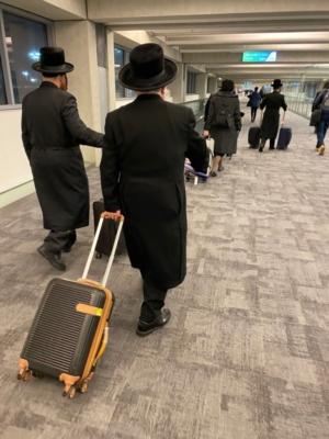 Juifs religieux arrivant à l'aéroport Ben Gourion. En raison de la pandémie, le nombre d'immigrants a diminué (photo : KHC)