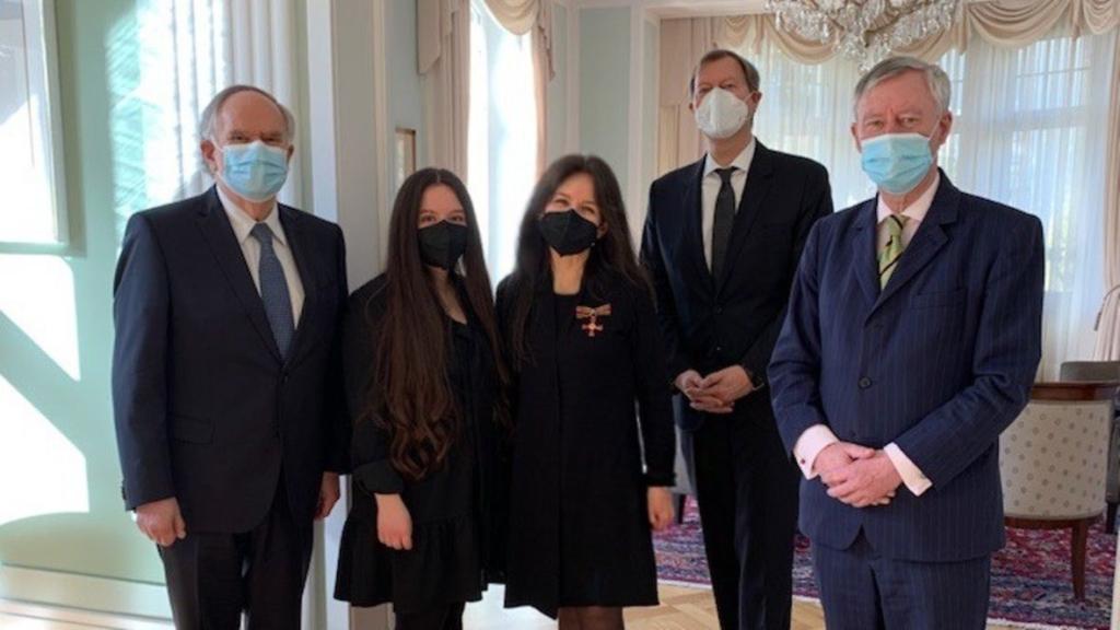 Anita Winter (centre) avec l'ordre national du mérite (photo : CB/Ministère allemand des Affaires étrangères)