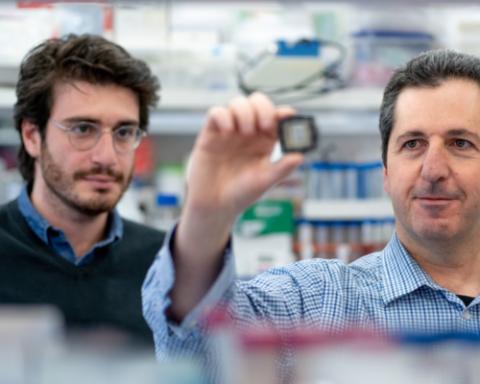 Le professeur Yaakov Nahmias (à droite) et le chercheur Aaron Cohen présentent la puce avec laquelle ils ont développé le médicament (photo : université hébraïque de Jérusalem)