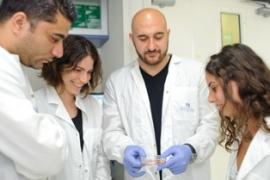 Le professeur Hanna (au centre) et son équipe effectuent leurs recherches dans le secteur de la génétique moléculaire (photo: Institut Weizmann)