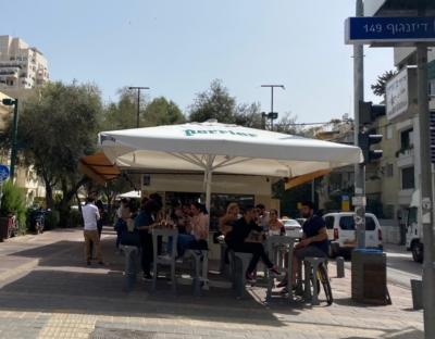 Café à Tel-Aviv. Les clients non vaccinés peuvent consommer en terrasse (photo: KHC)