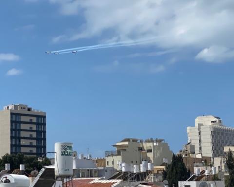 Les avions s'entraînent pour le spectacle aérien qui est offert à la population le jour de l'indépendance (photo: KHC)