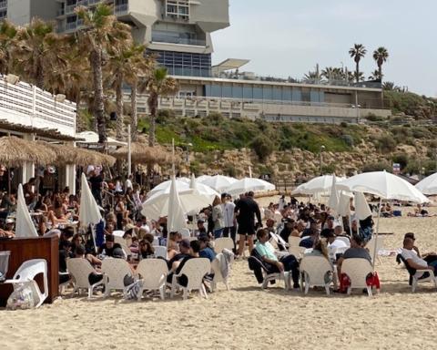 Les restaurants sont pleins, comme ici sur la plage Hilton de Tel-Aviv, mais le pays manque de travailleurs (photo : KHC).
