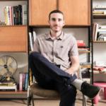 Josh Hoffmann vit depuis huit ans en Israël et veut faire comprendre au monde ce que signifie avoir de la chutzpah (photo : https://helloisrael.tv/)