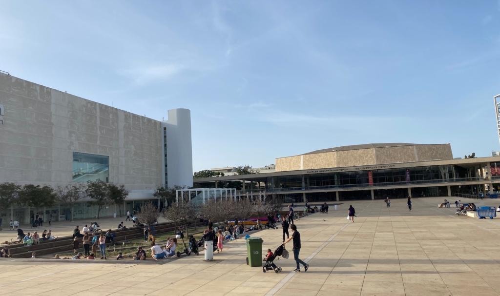 Pas de masques, pas de distance sociale : Israël revient, comme ici à Tel Aviv, à la vie normale sans restrictions dues au Corona (Photo : KHC).