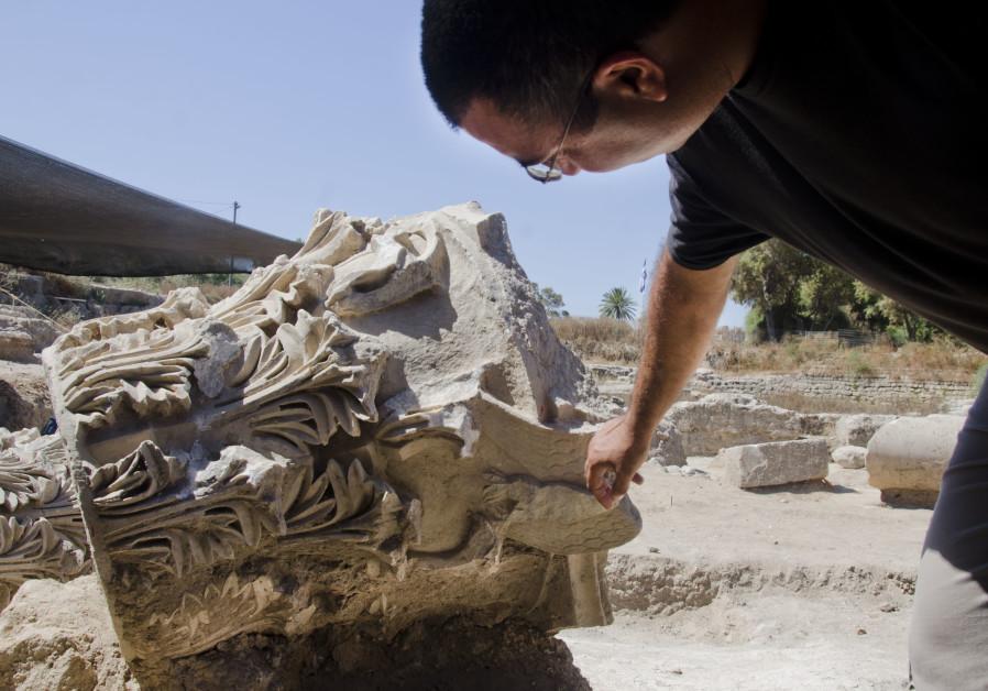 L'un des archéologues dirigeant les fouilles, Saar Ganor, sur le site d'Ashkelon (photo : YOLI SHWARTZ ISRAEL ANTIQUITIES AUTHORITY).