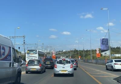En Israël, l'insuffisance notoire des transports publics est responsable des embouteillages permanents sur les routes (photo : KHC)